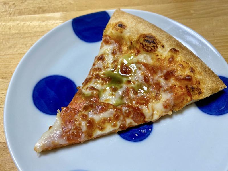 ピザハットのペパロニ・シュプリームワンカット、チリソースがけ