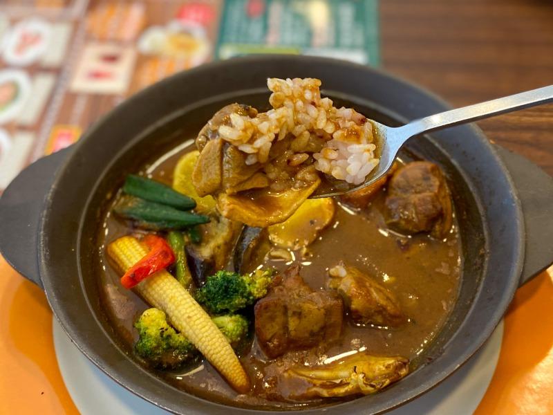 浜田山のジョナサンのスープカレーをすくったところ1