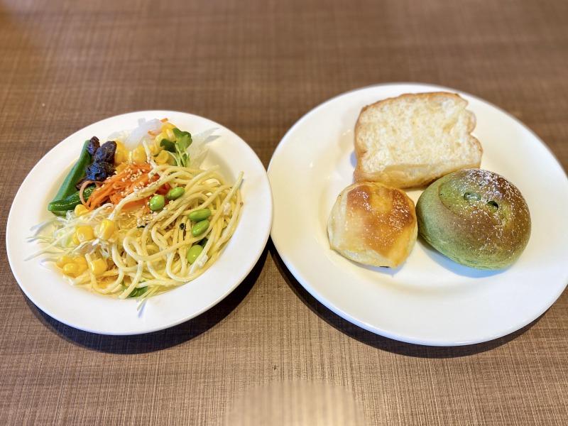 高井戸のフォルクスのサラダとパン