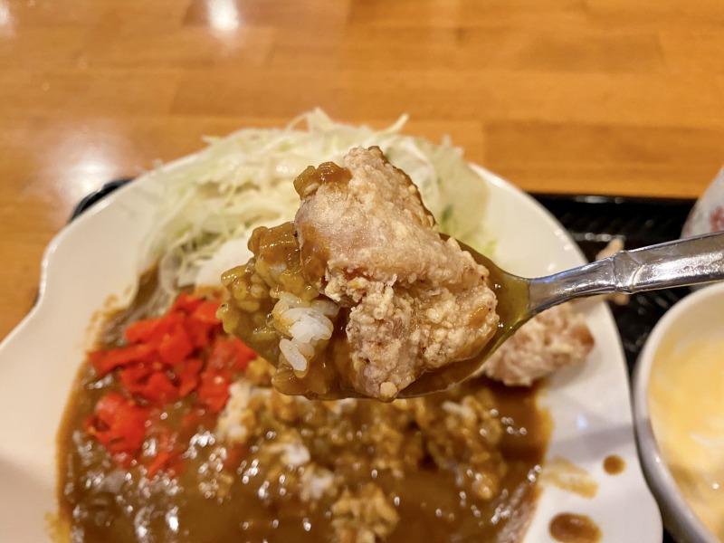 浜田山のまる菜の鶏唐揚げカレーライスをすくったところ(唐揚げあり)