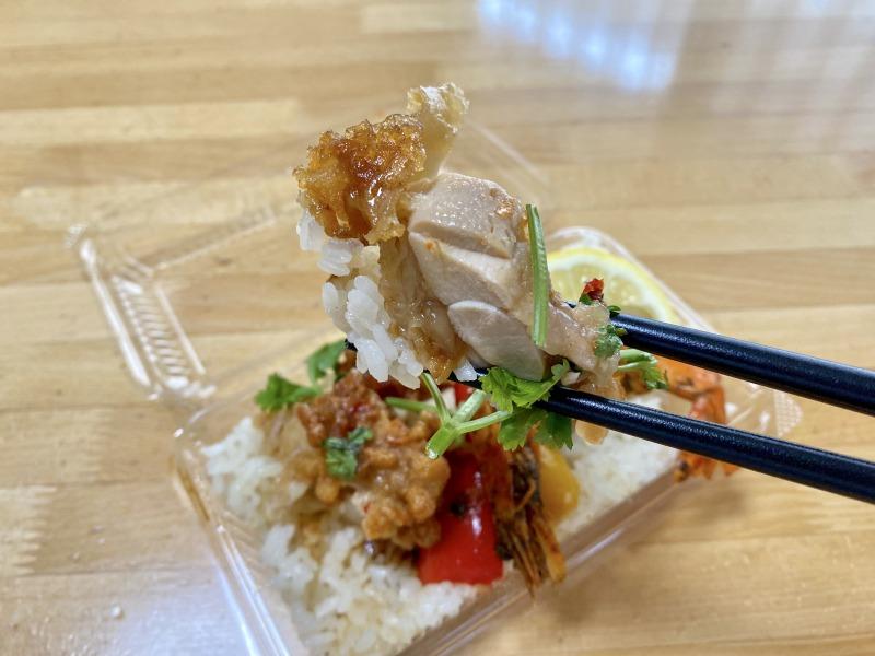 福のからのシンガポール風海南鶏飯を食べるところ