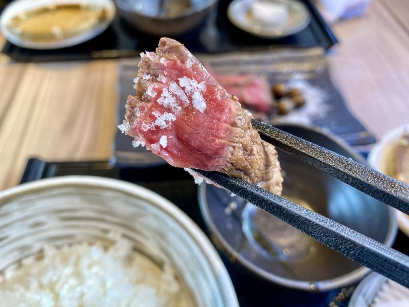 肝心屋 浜田山店の赤身ステーキを食べるところ