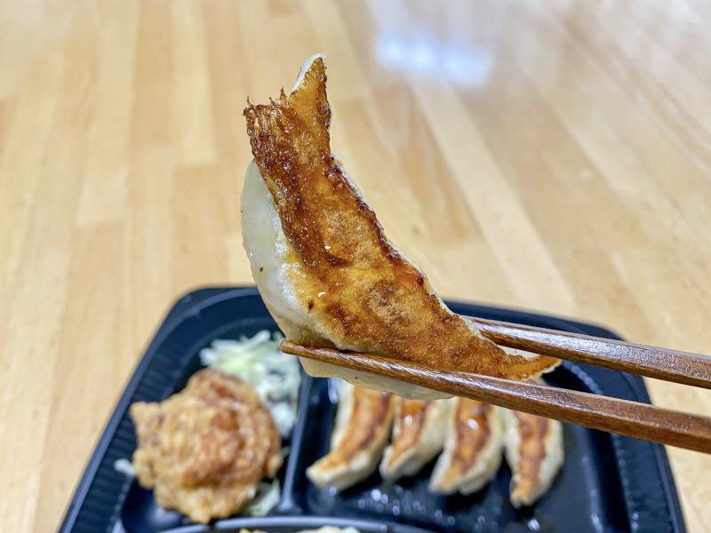 大阪王将浜田山店の焼餃子を食べるところ