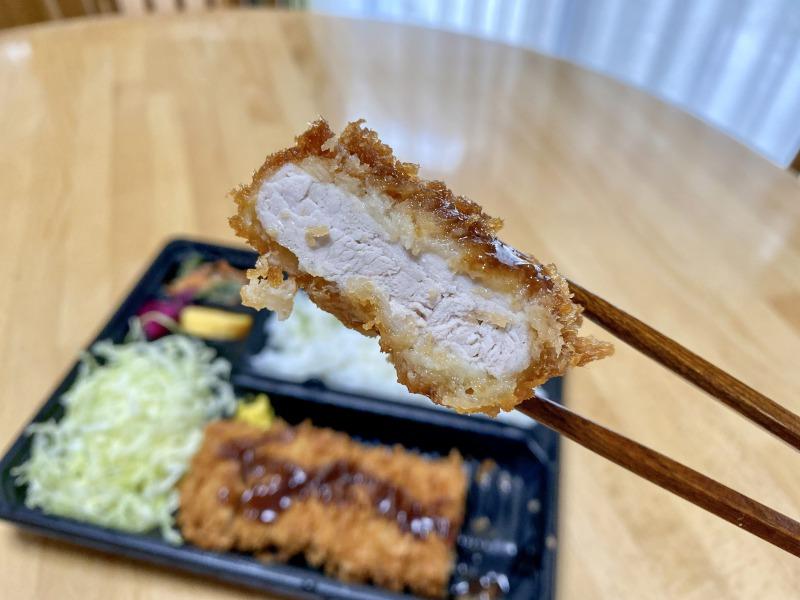さぼてん浜田山壱番街店の特撰やわらかヒレかつ弁当のヒレかつを食べるところ1