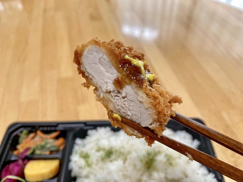 さぼてん浜田山壱番街店の特撰やわらかヒレかつ弁当のヒレかつを食べるところ2