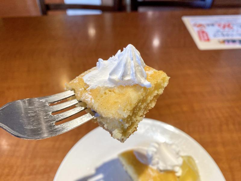 グラッチェガーデンズ 久我山店の季節限定パンケーキを食べるところ