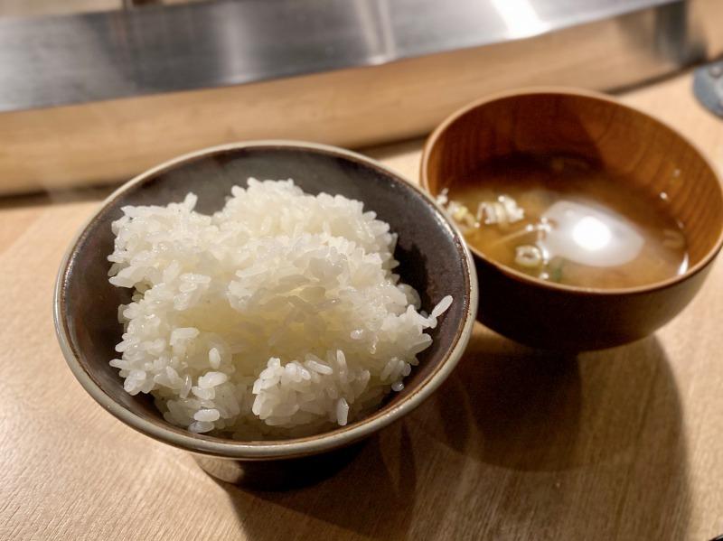 挽肉と米 渋谷店の炊きたてご飯と味噌汁