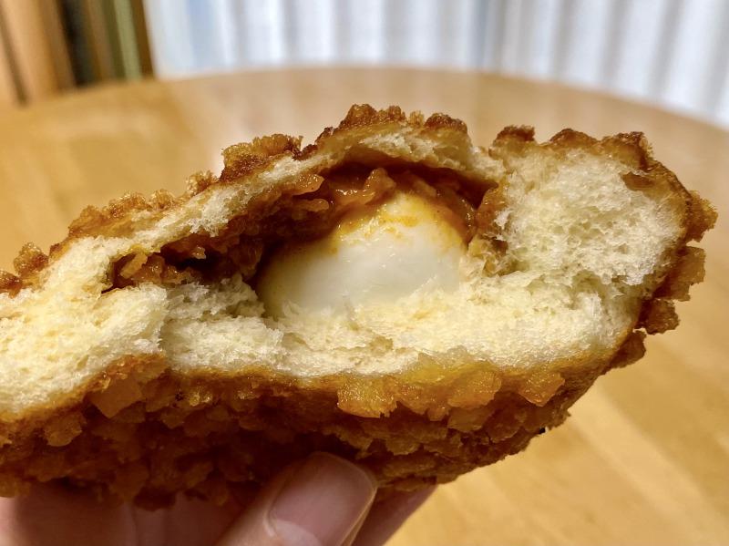 ソレダメで特集されたオリンピックの半熟たまごのザクザクカレーパンを食べるところ