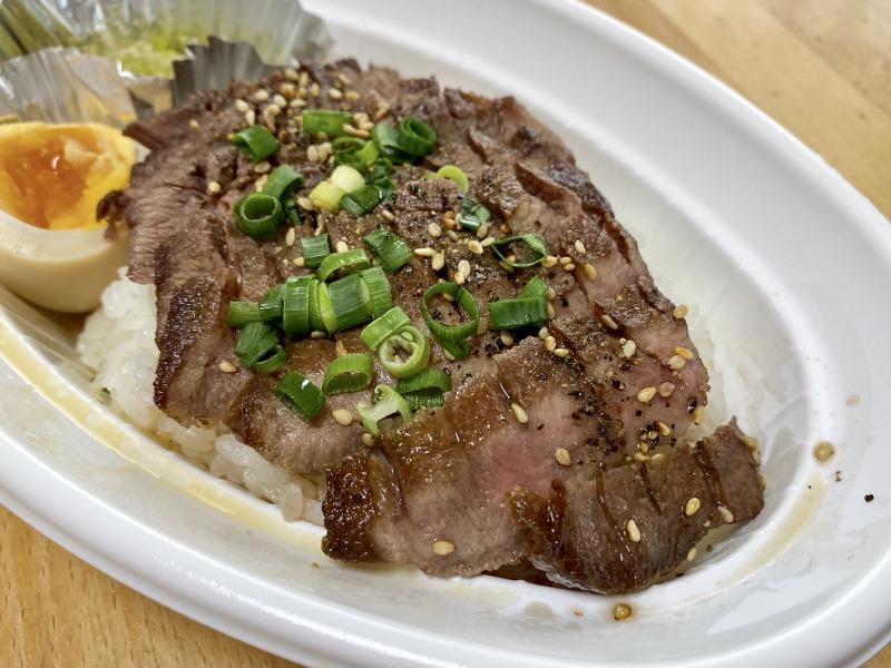 浜田山の串焼きおついちの厚切り牛タン丼のアップ