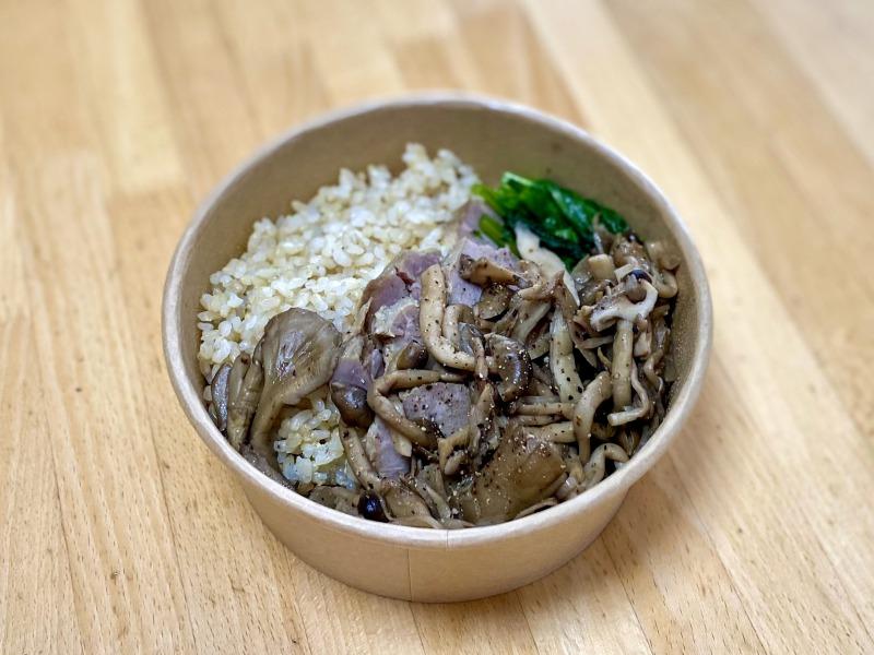 富士見ヶ丘のfuroのランチBOXの玄米ごはんと豚肉のコンフィ きのこのバルサミコマリネ