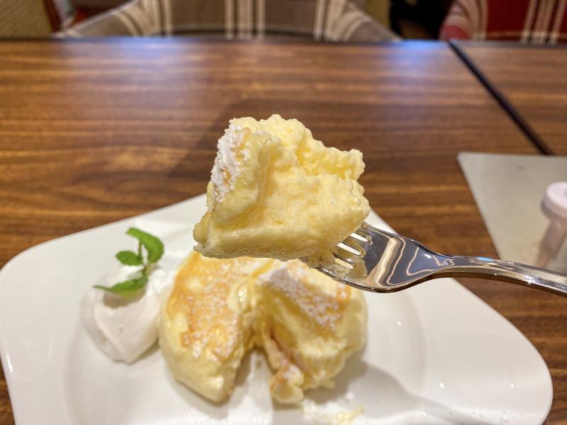 むさしの森珈琲浜田山店のリコッタパンケーキを食べるところ