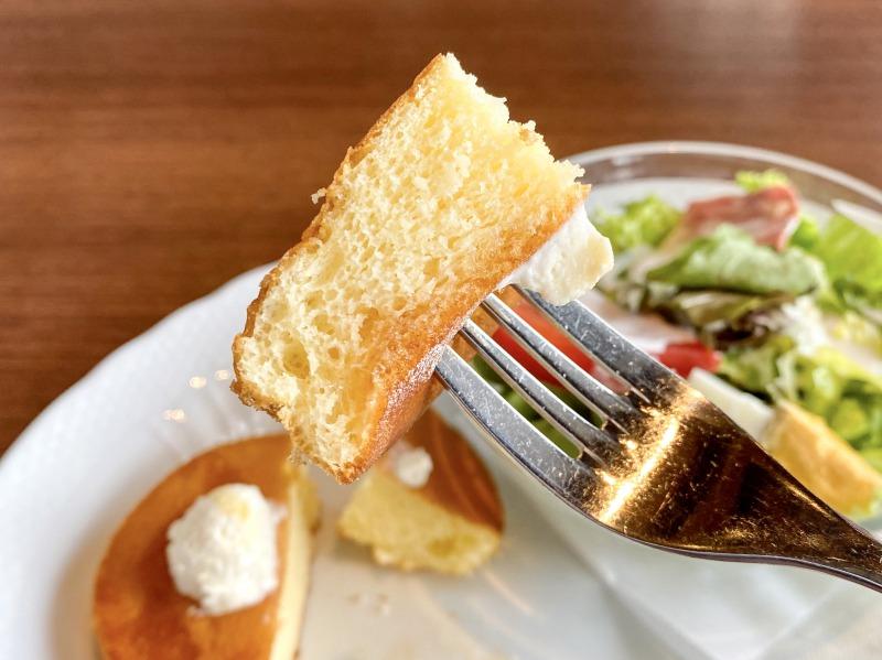 星野珈琲店高井戸店のサラダ&パンケーキのパンケーキを食べるところ