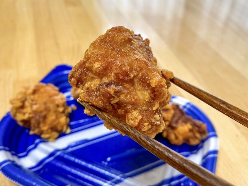 オリンピック高井戸店の美味赤鶏の中津からあげを食べるところ