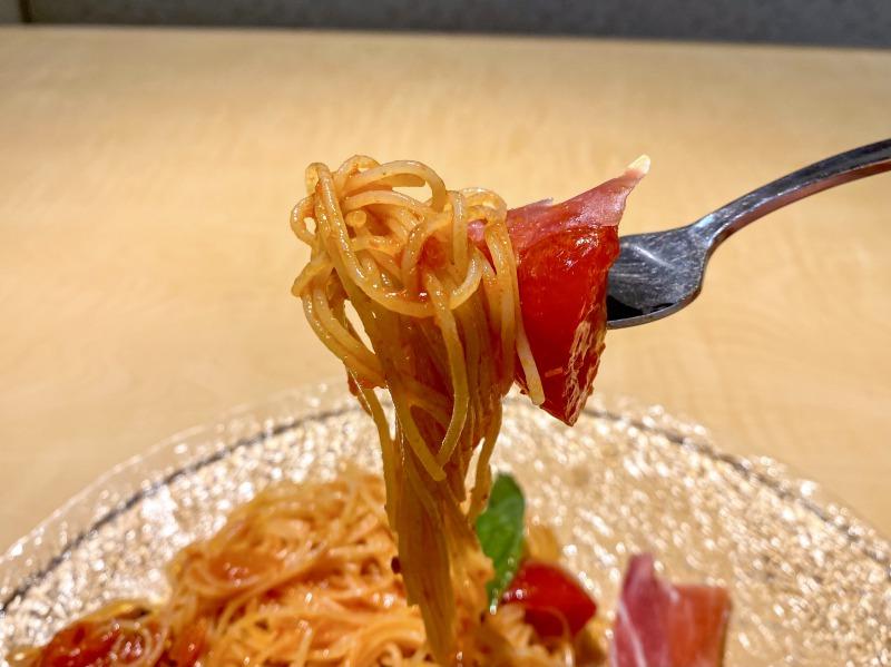 不二家レストラン西永福店の冷製カッペリーニを食べるところ(トマトと生ハムプラス)