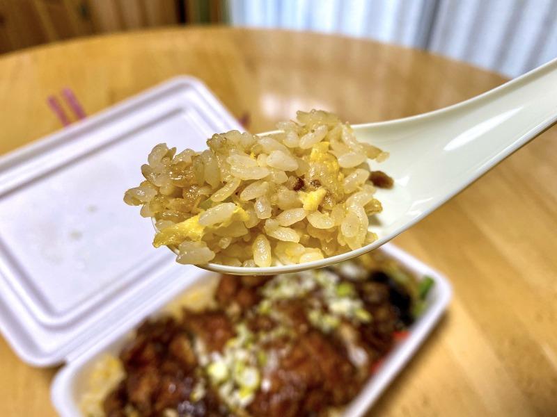 大阪王将浜田山店のスーパーノリ弁当の五目炒飯を食べるところ