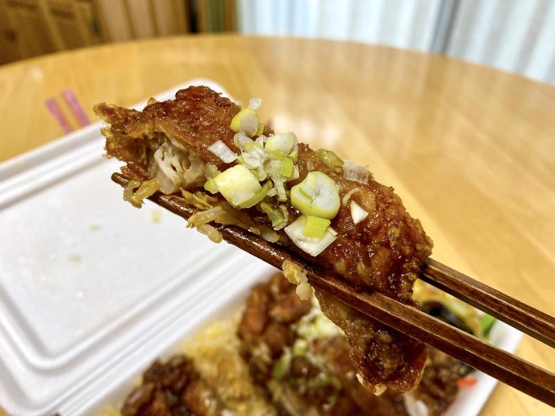 大阪王将浜田山店のスーパーノリ弁当の油淋鶏を食べるところ