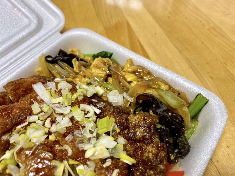 大阪王将浜田山店のスーパーノリ弁当の玉子と木耳の炒めもの